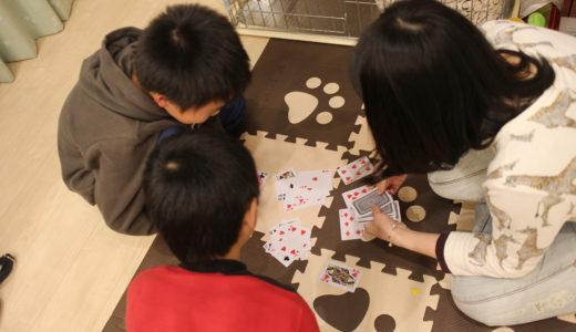 カードゲームで遊ぶ様子